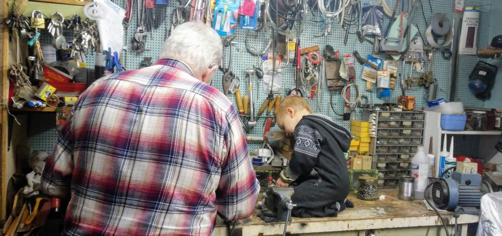玩具車被孩子弄破,祖父帶他到地庫的車房,一起維修