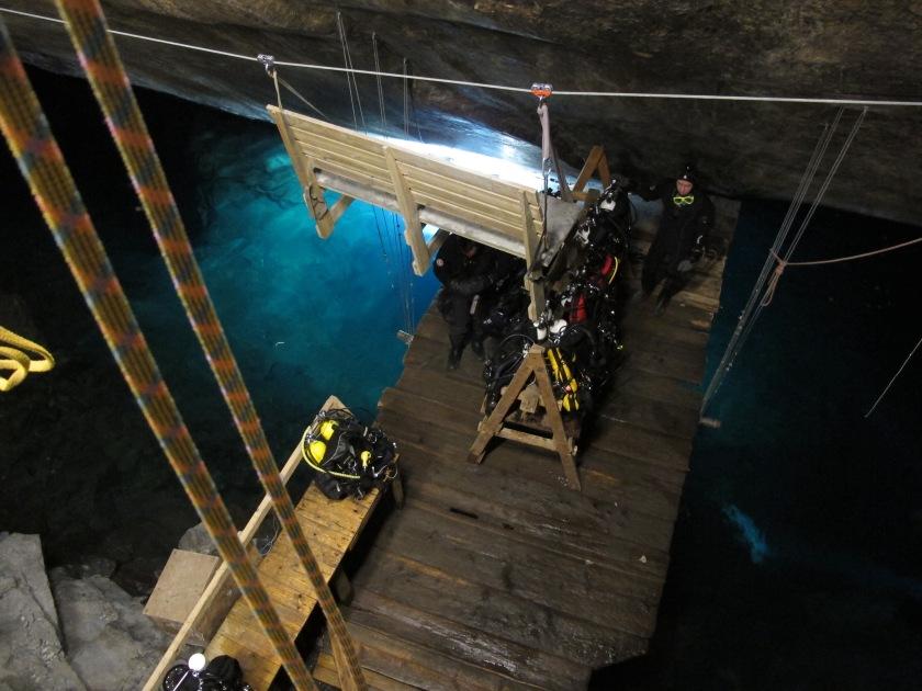 潛點旁的高架平台,方便潛水員把裝置吊下去