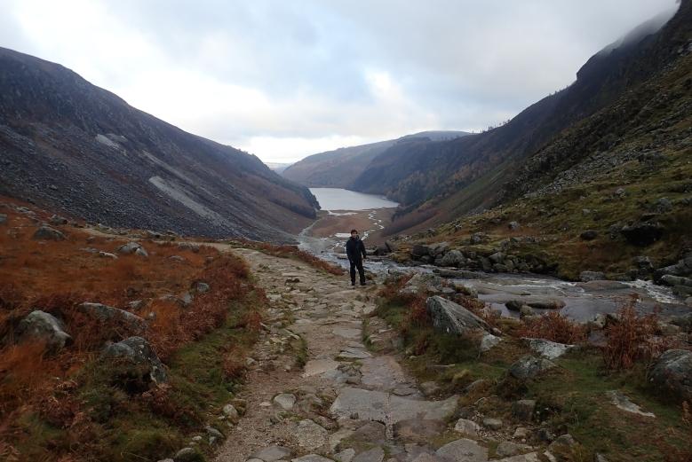 山路緩緩向上傾斜,回頭望河水山谷,原來剛才已走了那麼多路了!