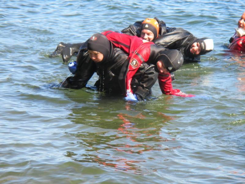 背起傷者走到岸上