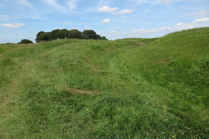 一片普通的草地上,隱約呈現弧形,是古蹟的一部分。