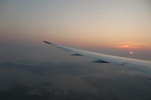 霧霾之外,仍能看到遠方低掛的夕陽。