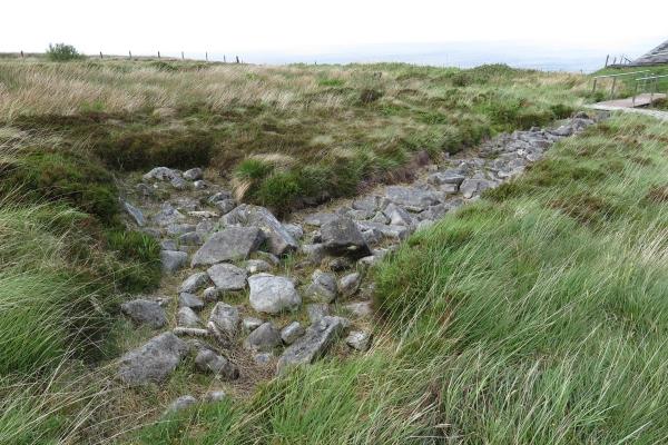 新石器時代的遺跡,大大小小的石頭堆出古代建築的形態