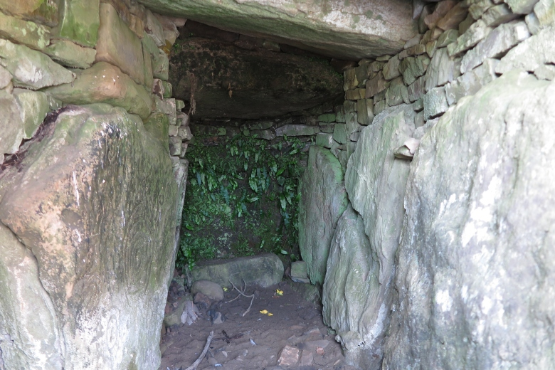 大小石頭搭建成的古墓,中間有一淺窄的通道,內裡漆黑一片。