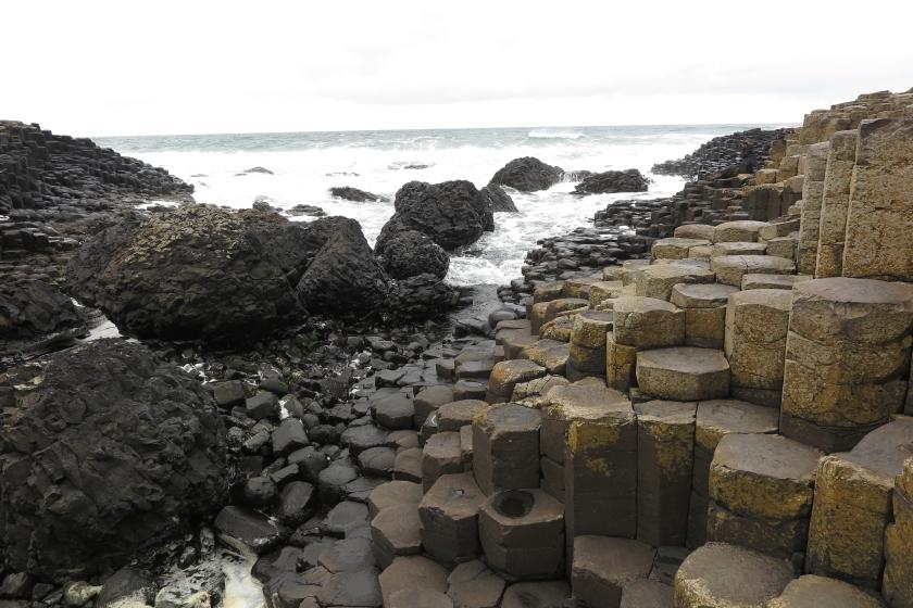 位於北愛爾蘭的Giant Causeway,滿佈壯觀的六角柱石