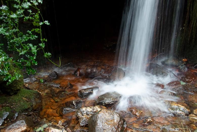 瀑布與洞穴
