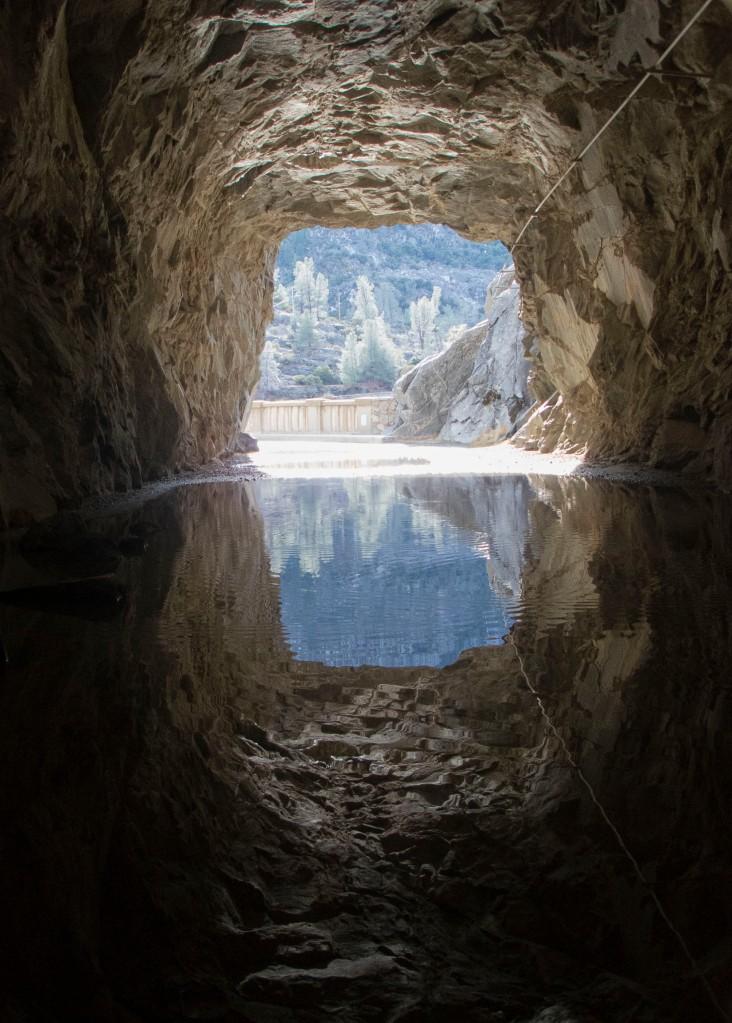 Hetch Hetchy水庫旁,通往背後郊野公園的隧道