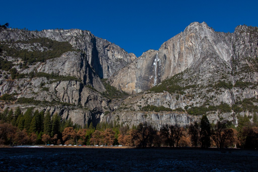 在山谷遠觀Yosemite 瀑布
