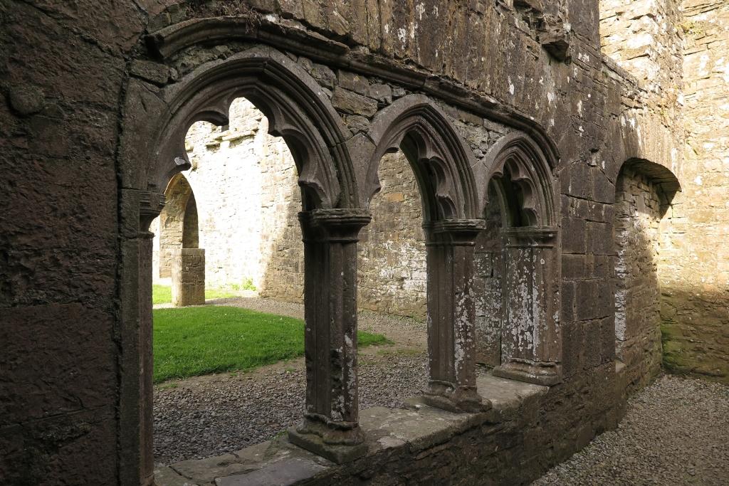 內裡宮廷式的雕刻石柱