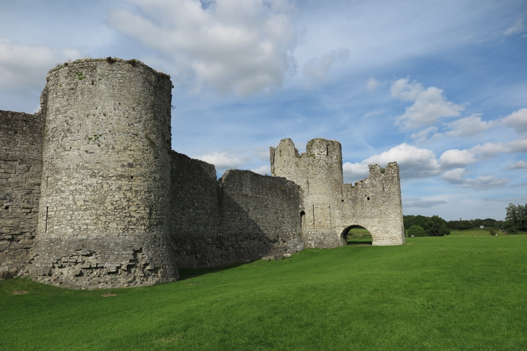Trim 古堡的外牆,以及圍著古堡的大片草地
