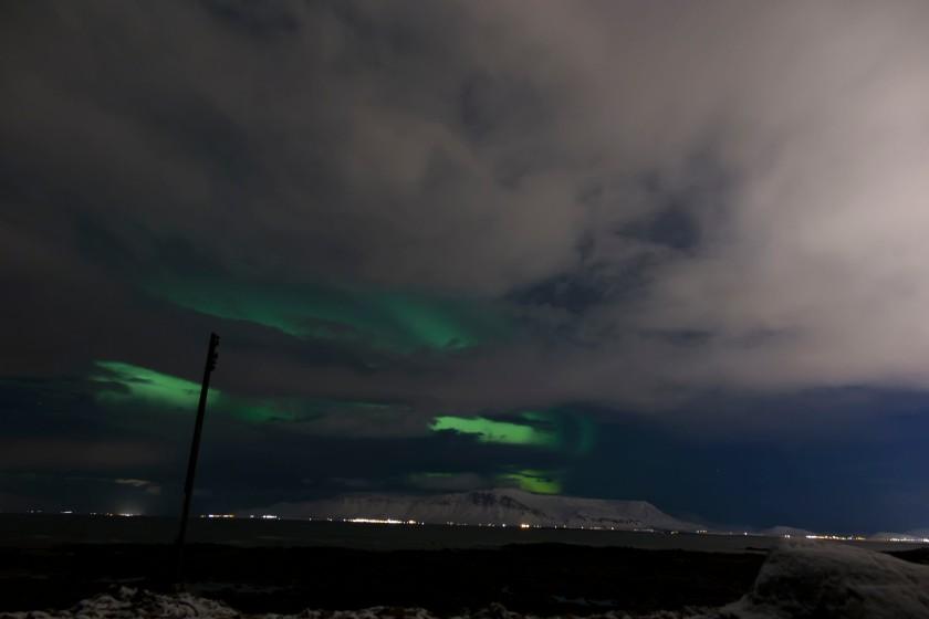 雲下的北極光