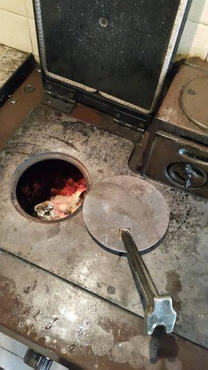 B&B 主人向我們展示舊式火爐,他們正在煮食